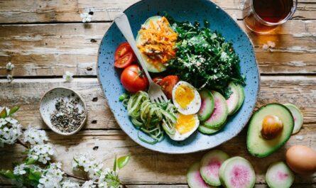 Ingredience na talíři, které v sobě zahrnuje DASH dieta.