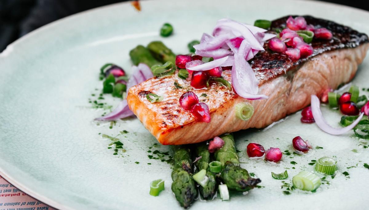 Středomořská dieta v sobě zahrnuje rybu na talíři.