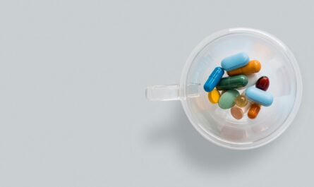 Vitamíny připravené v plastové nádobě.
